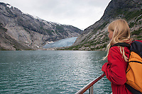 Gletscher, Festlandsgletscher, Eis, Nigardsbreen, Nigardbreen, Jostedalsbreen, Jostetal, Jostedalsbreen-Nationalpark, Gletscherzunge mündet in den Gletschersee Nigardsbrevatnet, Boot, Überfahrt, Nationalpark, Norwegen. Nigardsbreen, Jostedalsbreen glacier, Jostedal Glacier, glacier tongue, snout of a glacier, glacial lobe, glacier, ice, Norway