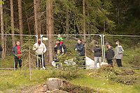 Restlicher Sichtschutz wird nach Druck der Fans entfernt - Seefeld 29.05.2021: Trainingslager der Deutschen Nationalmannschaft zur EM-Vorbereitung