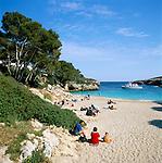 Spain, Mallorca, Cala D'or: Cala Esmeralda - Beach Scene in Spring   Spanien, Mallorca, Cala D'or: Cala Esmeralda - Strand