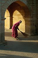 Straßenfegerin, Jaisalmer (Rajasthan), Indien
