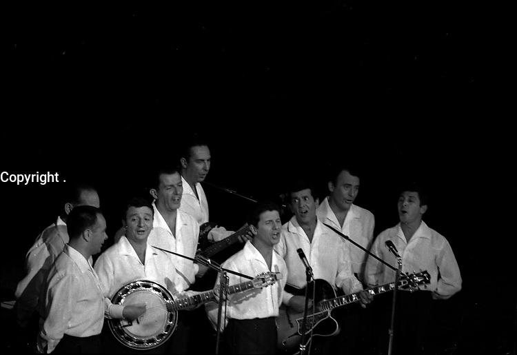 """2 juin 1965. Plan d'ensemple sur scène du groupe """"Les compagnons de la chanson"""", à l'occasion d'une soirée """"Nuit de la Légion Etrangère"""" au théâtre du Capitole."""
