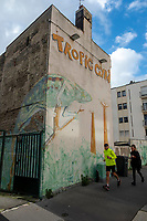 Europe/France/Haute-Normandie/Le Havre : Rue Frédéric Bellanger- Mur peint et joggers  //  <br /> Europe / France / Upper-Normandy / Le Havre: Frédéric Bellanger Street- Painted wall and joggers