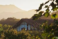Europe/France/Aquitaine/64/Pyrénées-Atlantiques/Pays-Basque/ Env de Sare:  Maisons basques et le sommet de la Rhune dans la lumière du soir