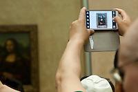 Parigi, museo del Louvre un turista fotografa la Gioconda di leonardo con un tablet