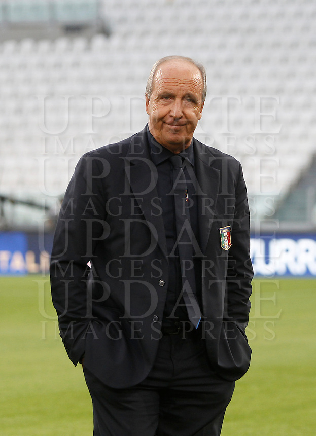 Italy's coach Giampiero Ventura inspects the pitch of the Juventus Stadium, ahead of the FIFA World Cup 2018 qualification match against Spain, in Turin, 5 October 2016.<br /> <br /> <br /> UPDATE IMAGES PRESS/Isabella Bonotto