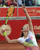 BOGOTA - COLOMBIA - 13-04-2016: Marina Duque de Colombia, sirve a Amra Sadikovic de Suiza, durante partido por el Claro Colsanitas WTA, que se realiza en el Club El Rancho de Bogota. / Marina Duque of Colombia serves to Amra Sadikovic of Switzerland, during a match for the WTA Claro Colsanitas, which takes place at Club El Rancho de Bogota. Photo: VizzorImage / Luis Ramirez / Staff