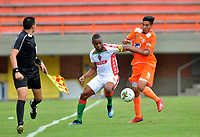 ENVIGADO - COLOMBIA, 23-02-2019: Michael Gómez de Envigado F. C., disputa el balón con Miller Mosquera de Patriotas Boyacá, durante partido entre Envigado F. C. y Patriotas Boyacá de la fecha 6 por la Liga Águila I 2019, en el estadio Polideportivo Sur de la ciudad de Envigado. / Michael Gómez of Envigado F. C., fights for the ball with Miller Mosquera of Patriotas Boyaca,  during a match between Envigado F. C. and Patriotas Boyaca of the 6th date for the Leguaje Aguila I 2019 at the Polideportivo Sur stadium in Envigado city. Photo: VizzorImage / León Monsalve / Cont.