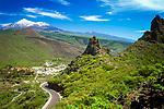 Spanien, Kanarische Inseln, Teneriffa, Dorf Santiago del Teide vorm schneebedeckten Pico del Teide | Spain, Canary Islands, Tenerife, village Santiago del Teide and snow covered Pico del Teide