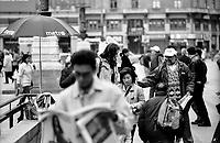 milano, distribuzione del quotidiano gratuito metro in piazza duomo --- milan, metro free press distribution in duomo square