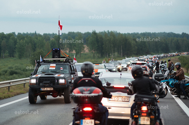 Litauen, 23.08.2020. Aus Solidaritaet mit der demonstrierenden Opposition im benachbarten Belarus bilden Litauen und Exilanten eine 32km lange Menschenkette von der Hauptstadt Vilnius bis zur Grenze. Bei den Praesidentschaftswahlen in Belarus hatte sich zuvor Amtsinhaber Lukaschenko nach massivem Wahlbetrug zum Sieger erklaert. | To show their solidarity with the demonstrating opposition in neighbouring Belarus, Lithuanians and expatriates form a 32km long human chain from the capital Vilnius to the border. In the presidential elections in Belarus the incumbent president Lukashenka had before declared himself winner of the elections applying massive fraud. <br /> © Denis Vejas/EST&OST