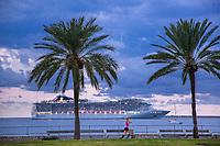 Spanien, Balearen, Mallorca, Palma de Mallorca, oestliche Uferpromenade, Ankunft eines Kreuzfahrtschiffes, Kreuzfahrtschiff, Passagierschiff, MSC, Abendlicht, Tourismus, Kreuzfahrt