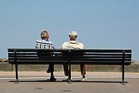 twee mannen op een bankje in IJburg , Amsterdam