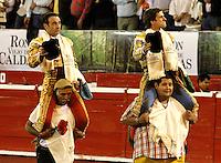 MANIZALES-COLOMBIA. 10-01-2016: Enrique Ponce (Izq.) y El Juli (Der.), toreros españoles, salen en hombros durante el Mano a Mano corrida como parte de la version 60 de La Feria de Manizales 2016 que se lleva a cabo entre el 2 y el 10 de enero de 2016 en la ciudad de Manizales, Colombia. / Enrique Ponce (L) and El Juli (R) Spanish bullfighters out on shoulders, during the hand to hand with as part of version 60 of Manizales Fair 2016 takes place between 2 and 10 January 2016 in the city Manizales, Colombia.Photo: VizzorImage / Santiago Osorio / Cont.