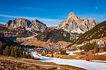 Italien, Suedtirol (Trentino - Alto Adige), Dolomiten, Corvara in Badia mit dem Hausberg Sassongher (rechts), Dorf Kolfuschg (links) mit Puez-Gruppe - in schneearmen Wintern wird mit Hilfe von Schneekanonen der Skibetrieb aufrecht erhalten | Italy, South Tyrol (Trentino -Alto Adige) Corvara in Badia: with summit Sassongher (right), village Colfosco in Badia (left) with Puez mountains - in snowless winters ski runs are prepared through snow guns