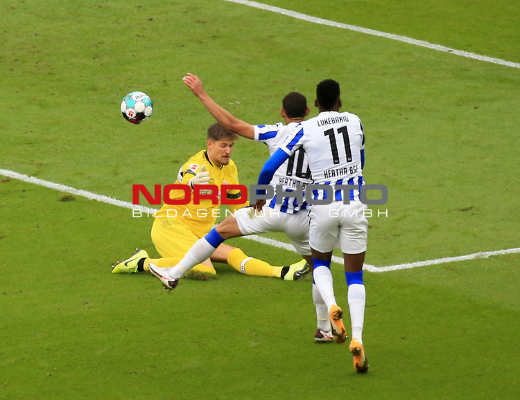 17.10.2020, OLympiastadion, Berlin, GER, DFL, 1.FBL, Hertha BSC VS. VfB Stuttgart, <br /> DFL  regulations prohibit any use of photographs as image sequences and/or quasi-video<br /> im Bild Carneiro da Cunha (Hertha BSC Berlin #10), Dodi Lukebakio (Hertha BSC Berlin #11), Gregor Kobel (VfB Stuttgart #1)<br /> <br />       <br /> Foto © nordphoto / Engler