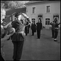 Andorre. 23-24 Octobre 1967. Vue du Général De Gaulle au garde à vous devant des militaires.
