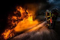06 fevrier 2017, raffinerie de Feyzin, entrainement des sapeurs pompiers sur des feux de liquide inflammable. Maniement de l'extincteur sur un feu de caniveau.