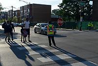 USA Chicago, south side of Chicago, Washington Park, afroamerikanisches Problemviertel mit Jugendgangs und hoher Kriminalitaet, Kinder auf Weg zur St. Anselms Schule