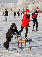 Leren schaatsen achter een stoel