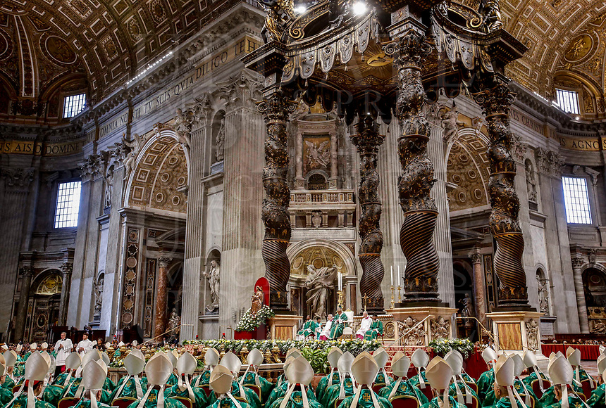 Vatican City, October 6, 2016. Pope Francis celebrates a Mass for the opening of the Synod of Bishops for the Amazon region, in St. Peter's Basilica.<br /> Update Images - Alamy<br /> *** Info da riscrivere ****