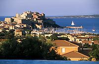 """Europe/France/Corse/2B/Haute-Corse/Balagne/Calvi: La citadelle vue depuis la piscine de l'hôtel """"La Villa"""""""