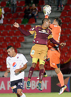 IBAGUÉ -COLOMBIA, 23-02-2015. Davinson Monsalve (Izq) jugador de Deportes Tolima disputa el balón con Antony Silva (Der) arquero del Independiente Medellín por la fecha 15 de la Liga Aguila I 2016 jugado en el estadio Manuel Murillo Toro de la ciudad de Ibagué./ Davinson Monsalve (L) goalkeeper of  Deportes Tolima vies for the ball with Antony Silva (R) player of Independiente Medellin for the date 15 of the Aguila League I 2016 played at Manuel Murillo Toro stadium in Ibague city. Photo: VizzorImage / Juan Carlos Escobar / Str
