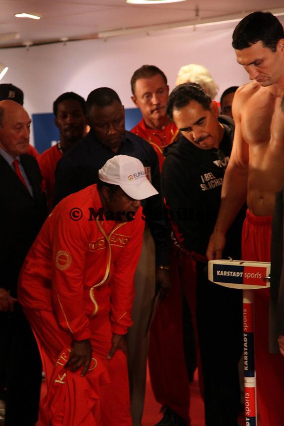 Trainer Emanuel Steward (USA) schaut Weltmeister Wladimir Klitschko (UKR) beim Wiegen zu