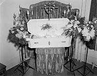 Cerceuil d'enfant, 1952 (date exacte inconnue)<br /> <br /> <br /> PHOTO :  Agence Quebec Presse