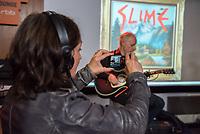 """Die Punk-Band Slime spielte am Dienstag den 27. September 2017 in der Dachlounge des Berliner Radiosender """"radio1"""". Anlass war das Erscheinen der Platte """"Hier und jetzt"""" am 29. September 2017.<br /> Vorne links: radio1-Moderatorin Marion Brasch. Auf der Buehne: Slime-Gitarrist Christian Mevs.<br /> 27.9.2017, Berlin<br /> Copyright: Christian-Ditsch.de<br /> [Inhaltsveraendernde Manipulation des Fotos nur nach ausdruecklicher Genehmigung des Fotografen. Vereinbarungen ueber Abtretung von Persoenlichkeitsrechten/Model Release der abgebildeten Person/Personen liegen nicht vor. NO MODEL RELEASE! Nur fuer Redaktionelle Zwecke. Don't publish without copyright Christian-Ditsch.de, Veroeffentlichung nur mit Fotografennennung, sowie gegen Honorar, MwSt. und Beleg. Konto: I N G - D i B a, IBAN DE58500105175400192269, BIC INGDDEFFXXX, Kontakt: post@christian-ditsch.de<br /> Bei der Bearbeitung der Dateiinformationen darf die Urheberkennzeichnung in den EXIF- und  IPTC-Daten nicht entfernt werden, diese sind in digitalen Medien nach §95c UrhG rechtlich geschuetzt. Der Urhebervermerk wird gemaess §13 UrhG verlangt.]"""
