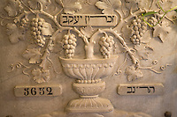 """Asie/Israël/Galilée/Zichron Yaacov: pierre sculptée représentant une coupe et des grappes de raisin dans le hall de l'établissement viticole """"Carmel Mizrachi"""", Moshavim, fondé en 1882 par le Baron Edmond de Rotschild"""