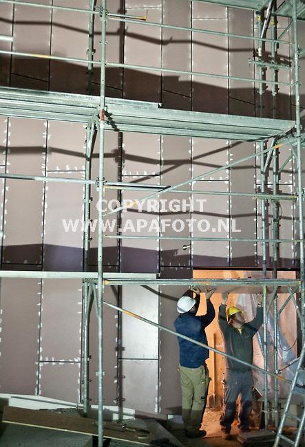 Barneveld, 270208<br /> Aanbrengen MDF platen voor akoestiek Schaffelaartheater. <br /> Foto: Sjef Prins - APA Foto