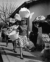 Frauen beim Einkaufen in Paraguay, 1960er Jahre. Women shopping at Paraguay, 1960s.