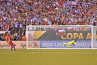 Action photo duringthe match Argentina vs Chile corresponding to the Final of America Cup Centenary 2016, at MetLife Stadium.<br /> <br /> Foto durante al partido Argentina vs Chile cprresponidente a la Final de la Copa America Centenario USA 2016 en el Estadio MetLife , en la foto:Penal fallado de Arturo Vidal de Chile<br /> <br /> 26/06/2016/MEXSPORT/ISAAC ORTIZ
