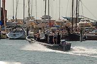 - motoscafo di pescatori di vongole abusivi a Chioggia (Venezia)....- motorboat of illicit fishermen of clams in Chioggia, lagoon city south of Venice ( Italy ) Italia