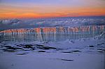 Lever de soleil sur les seracs du glacier sommital du Kilimandjaro