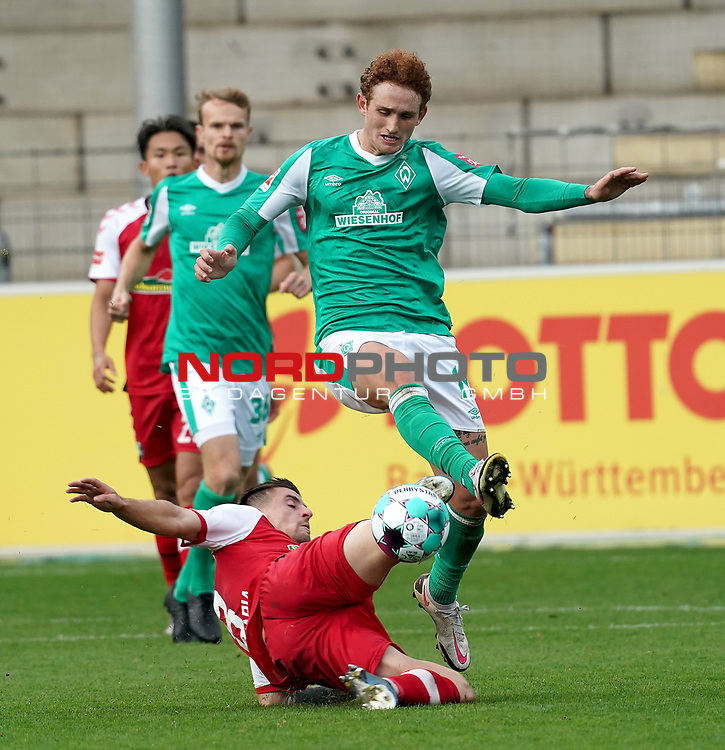 17.10.2020, Schwarzwald Stadion, Freiburg, GER, 1.FBL, SC Freiburg vs SV Werder Bremen<br /> <br /> im Bild / picture shows<br /> Baptiste Santamaria (Freiburg), Josh Sargent (Bremen)<br /> <br /> Foto © nordphoto / Bratic<br /> <br /> DFL REGULATIONS PROHIBIT ANY USE OF PHOTOGRAPHS AS IMAGE SEQUENCES AND/OR QUASI-VIDEO.