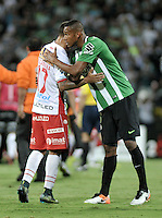 MEDELLÍN -COLOMBIA-03-05-2016: Jonathan Copete (Der.) de Atletico Nacional y Alejandro Romero Gamara (Izq.) de Huracán de Argentina se saludan mientras jugadores de Huracan agreden a los jugadores de Atlético Nacional de Colombia al final del partido entre Atletico Nacional y Huracan de octavos de final, llave A, de la Copa Bridgestone Libertadores 2016 jugado en el estadio Atanasio Girardot de la ciudad de Medellín./ Jonathan Copete (R) player of Atletico Nacional and Alejandro Romero Gamara (L) player of Huracán of Argentina greet while players of Huracan attack to the players of Atletico Nacional of Colombia after the end of knockout round match, Key A, between Atletico Nacional and Huracan as part of round of 16 of Copa Bridgestone  Libertadores 2016 at Atanasio Girardot in Medellin city / Photo: VizzorImage / Luis Ramirez / Staff.