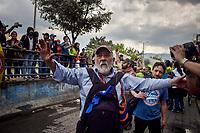 BOGOTA - COLOMBIA, 28-11-2018: Un hombre reacciona durante la jornada en donde miles de estudiantes nuevamente salen a protestar hoy, 28 de noviembre de 2018, contra el gobierno Duque por la falta de recursos en la educación. / A man reacts during the journey where thousands of students go to the streets to protest today, November 23, 2018, against the central goverment for the lack of bugdget to the education. Photo: VizzorImage / Nicolas Aleman / Cont