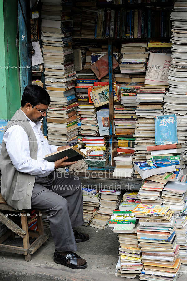 INDIA Westbengal, Kolkata, bookstore on the road near university / INDIEN, Westbengalen, Kolkata, Buchladen an der Universitaet