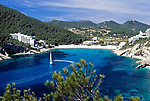 Spanien, Balearen, Ibiza (Eivissa): Segelboot in der Bucht Cala Llonga an der Ostkueste | Spain, Balearic Islands, Ibiza (Eivissa): Sailing boat at Cala Llonga bay