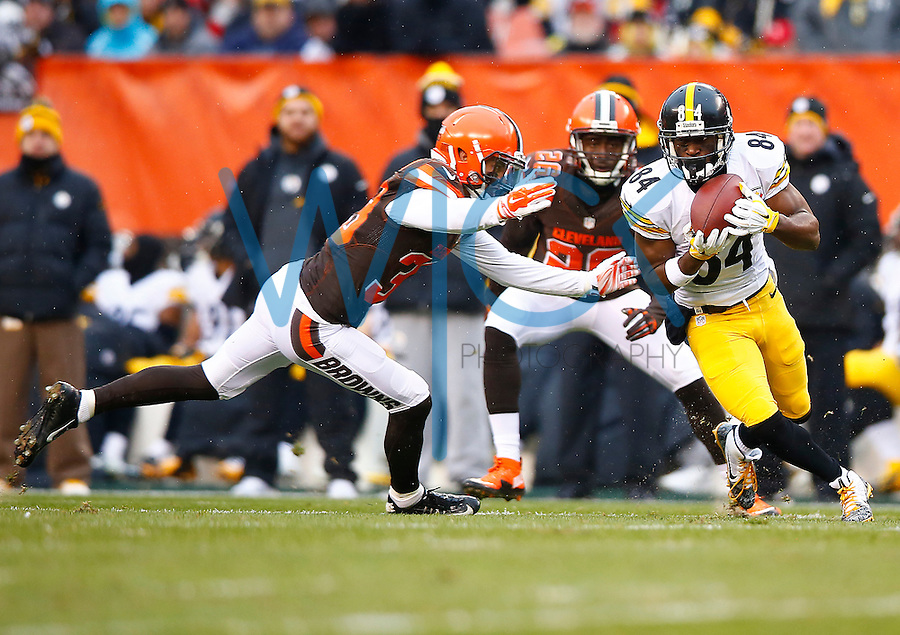 Antonio Brown #84 of the Pittsburgh Steelers catches a pass in front of Jordan Poyer #33 of the Cleveland Browns during the game at FirstEnergy Stadium on January 3, 2016 in Cleveland, Ohio. (Photo by Jared Wickerham/DKPittsburghSports)