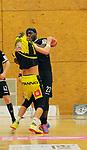Deutschland - Sport<br /> Handball - Aufstiegsrunde zur 2. Bundesliga<br /> TuS Dansenberg (dan) - HSG Krefeld Niederrhein (kref) 24:21<br /> Trikottest on Luis Plymford FOEGE (TuS Dansenberg), re, bei Mike SCHULZ (Krefeld)<br /> <br /> Foto © PIX-Sportfotos *** Foto ist honorarpflichtig! *** Auf Anfrage in hoeherer Qualitaet/Aufloesung. Belegexemplar erbeten. Veroeffentlichung ausschliesslich fuer journalistisch-publizistische Zwecke. For editorial use only.