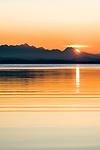 Deutschland, Bayern, Chiemgau: Sonnenuntergang am Chiemsee, im Hintergrund die Chiemgauer Alpen | Germany, Upper Bavaria, Chiemgau: sunset at Lake Chiemsee, at background the Chiemgau Alps