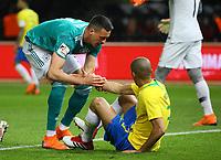 Sandro Wagner (Deutschland Germany) hilft Miranda (Brasilien Brasilia) auf - 27.03.2018: Deutschland vs. Brasilien, Olympiastadion Berlin