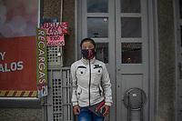 """CAJICA - COLOMBIA, 14-07-2020: """"Me gustaría estar en mi casa cuidando a mis hijos y a mi madre, me quede sin trabajo y me toco salir arriesgándome y arriesgando a mi familia, pero el que no trabaja no come"""" Claudia Pineda, 43 años, es su testimonio que como la mayoría de trabajadores informales se ve obligado a salir a buscar el sustento diario para subsistir en medio de la cuarentena total en el territorio colombiano causada por la pandemia del Coronavirus, COVID-19. / """"I would like to be at home taking care of my children and my mother, I am left without a job and I have to go out taking risks and risking my family, but those who do not work do not eat"""" Claudia Pineda, 43 years old, is her testimony that, like most informal workers, she is forced to go out to find daily sustenance to subsist in the midst of the total quarantine in Colombian territory caused by the Coronavirus pandemic, COVID-19. Photo: VizzorImage / Johan Rugeles / Cont"""