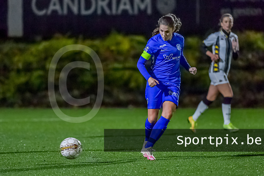 Genk's midfielder Sien Vandersanden (10) pictured during a female soccer game between Sporting Charleroi and KRC Genk Ladies on the 9th matchday of the 2020 - 2021 season of Belgian Scooore Womens Super League , friday 11 th of December 2020  in Marcinelle , Belgium . PHOTO SPORTPIX.BE | SPP | STIJN AUDOOREN