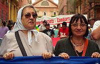 Genova / Italia - 19 luglio 2001.Ebe Debonafini, leader delle donne di Plaza de Mayo, con Luisa Morgantini, Parlamentare Europea, alla manifestazione contro il G8..Foto Livio Senigalliesi