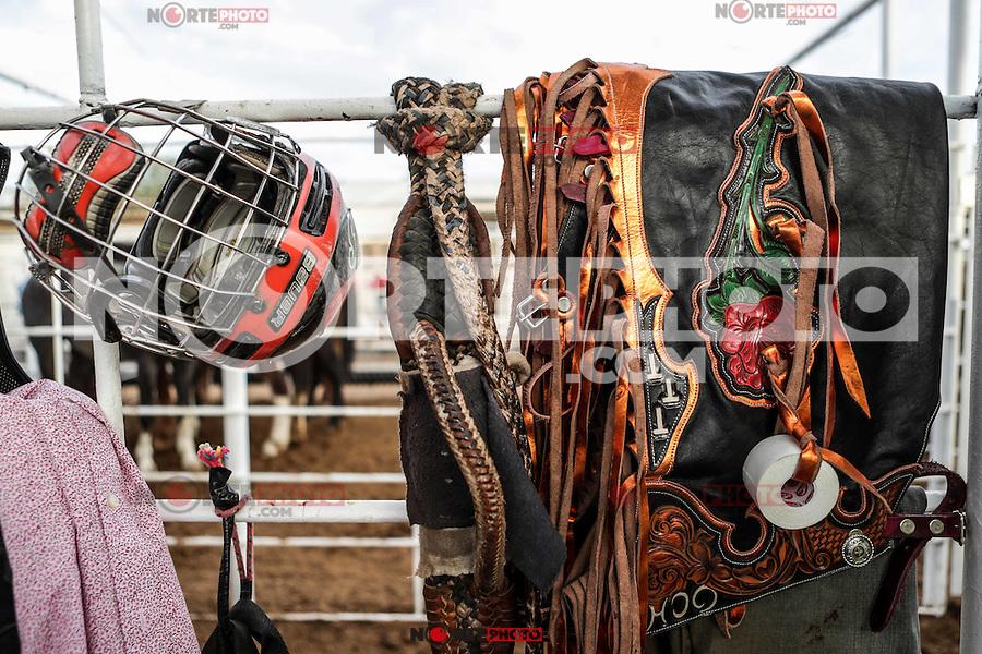 DETALLE DE EQUIPO USADO POR LOS JINETES DE MONTA DE CABALLO Y DE TORO. CASCO, BOTAS, GUANTES DE CUERO, CHAPARRERAS, ESPUELAS, CHALECO, CORREAS. <br /> Acciones del 4er. día de competencia en el Campeonato Nacional de Rodeo. Area de Rodeo de la Expogan Sonora. *****<br /> ©Foto: LuisGutierrrez/NortePhoto