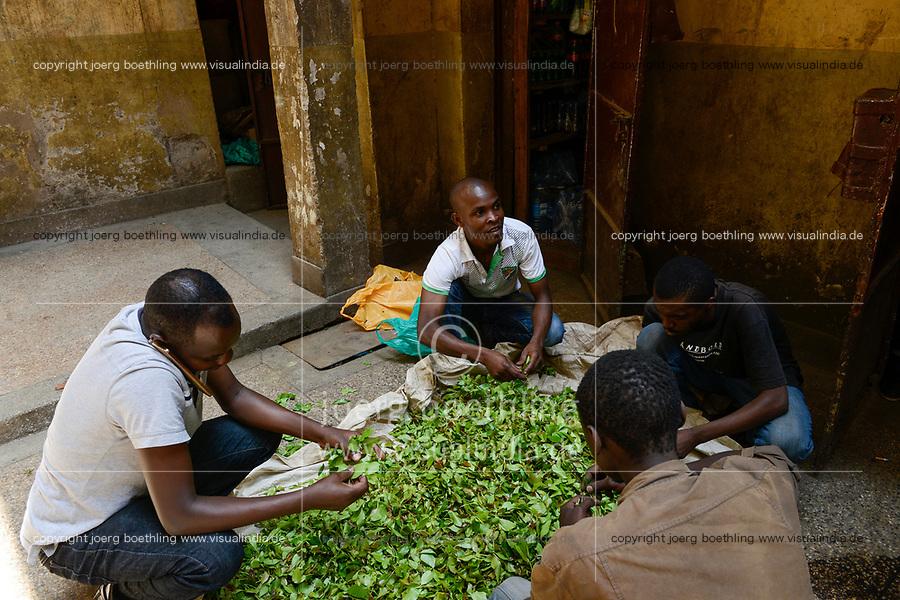 KENYA, Nairobi, refugees from Somalia in suburban Eastleigh also called Little Mogadishu due to major Somali population, chewing drug Khat trader / KENIA, Nairobi, Stadtteil East-Leigh der durch seinen hohen Anteil an somalischen Fluechtlingen auch Klein Mogadishu genannt wird, Haendler vertreiben die Kaudroge Khat
