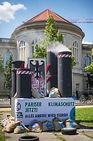 """Die Klima- und Umweltschutzorganisation Extinction Rebellion (XR) protestiert ab Montag den 15. Juni 2020 eine Woche lang in Deutschland in Berlin mit verschiedenen Aktionen mit einer sog. """"Rebellionswelle"""" unter dem Motto """"#WeiterSoWarGestern"""" fuer einen besseren Klimaschutz und ein Umdenken in der Klimapolitik. Die Aktionen sollen sich unter anderem an Konzerne, Regierungen und Lobbyverbaende richten. Geplant sind auch unangemeldete Aktionen des zivilen Ungehorsams.<br /> Im Bild: Klimaaktivisten haben in Berlin qualmende Schornsteine mit Geldsaecken vor dem Wirtschaftsministerium aufgestellt.<br /> 15.6.2020, Berlin<br /> Copyright: Christian-Ditsch.de<br /> [NUR FUER REDAKTIONELLE ZWECKE! Werbung nur auf Anfrage beim Fotografen. Inhaltsveraendernde Manipulation des Fotos nur nach ausdruecklicher Genehmigung des Fotografen. Vereinbarungen ueber Abtretung von Persoenlichkeitsrechten/Model Release der abgebildeten Person/Personen liegen nicht vor. NO MODEL RELEASE! Don't publish without copyright Christian-Ditsch.de, Veroeffentlichung nur mit Fotografennennung, sowie gegen Honorar, MwSt. und Beleg. Konto: I N G - D i B a, IBAN DE58500105175400192269, BIC INGDDEFFXXX, Kontakt: post@christian-ditsch.de<br /> Bei der Bearbeitung der Dateiinformationen darf die Urheberkennzeichnung in den EXIF- und  IPTC-Daten nicht entfernt werden, diese sind in digitalen Medien nach §95c UrhG rechtlich geschuetzt. Der Urhebervermerk wird gemaess §13 UrhG verlangt.]"""